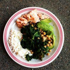 Helppo vegeruoka suorastaan uhkuu sitä tummaa ja terveellistä vihreää. Pannu maistuu sellaisenaan tai lisukkeena.