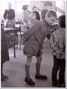 L'école d'antan . Les mains derrière le dos et debout tant que la maîtresse n avait pas dit de s assoir.