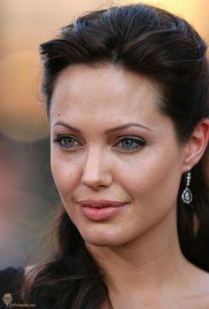 Angelina Jolie (Lara Croft, The cradle of life premiere)