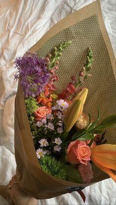 My Flower, Beautiful Flowers, Flower Aesthetic, Beige Aesthetic, Aesthetic Vintage, Mother Nature, Floral Arrangements, Flower Arrangement, Planting Flowers