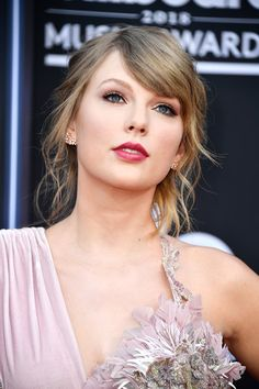 Taylor Swift Photos - Recording artist Taylor Swift accepts the Top Female Artist award onstage during the 2018 Billboard Music Awards at MGM Grand Garden Arena on May 2018 in Las Vegas, Nevada. - 2018 Billboard Music Awards - Show Taylor Swift Sexy, Estilo Taylor Swift, Taylor Swift Music, All About Taylor Swift, Long Live Taylor Swift, Taylor Swift Style, Taylor Swift Pictures, Taylor Alison Swift, Taylor Swift Wallpaper
