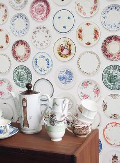 Close+up+of+studio+ditte+vintage+plates+wallpaper+with+vintage+tea+set+on+sideboard Studio Ditte Vintage Style Wallpaper and Stationery Vintage Style Wallpaper, Sweet Home, Vintage China, Vintage Dishes, Vintage Pyrex, Vintage Tea, Wall Wallpaper, Kitchen Wallpaper, Home Decor Ideas