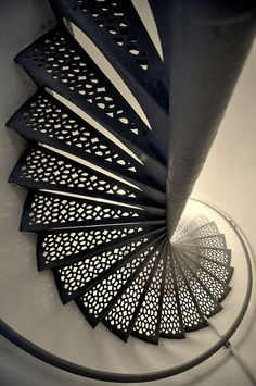 Stairwell in the lighthouse. / Cage d'escalier du phare. / By Andrew Horne.