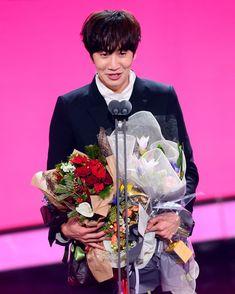 SBS Entertainment Award never been so proud and sad at the same time. This was beautiful. Lee Kwangsoo, Running Man Members, Running Man Korean, Kwang Soo, Korean Actors, Giraffe, Prince, Movies, Beautiful