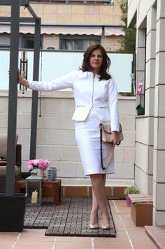 Look business todo al blanco, con blazer de H&M, falda de Zara, Stilettos de MassimoDutti y cartera de Mango