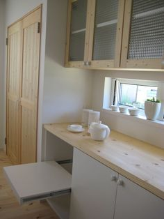 オーダーの背面収納。炊飯器置き場はスライド天板とし熱や蒸気がこもらないように。