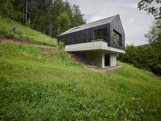 Find home projects from professionals for ideas & inspiration. Haus am Thurnberger Stausee by Backraum Architektur Haus Am Hang, Face Home, Hillside House, Weekend House, Small Buildings, Rustic Cottage, Modern Barn, Modular Homes, Modern House Design