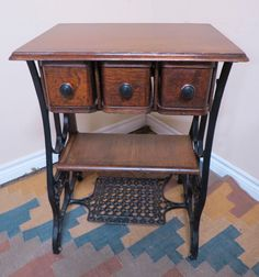 Ideas sewing machine cabinet repurposed drawers for 2019 Old Sewing Machine Table, Old Sewing Tables, Sewing Machine Drawers, Sewing Machine Projects, Antique Sewing Machines, Sewing Machine Cabinets, Sewing Cabinet, Singer Table, Singer Sewing Tables