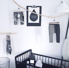 Krijtwit jongetjes kamer met kleertjes aan de muur - (re)pinned by leuke-kinderkamer.nl