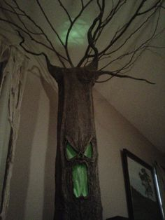 102 Wicked Things To Do: Haunted Tree. This woman is AMAZING! So crafty. I want to be invited to her Halloween Party. Halloween Prop, Halloween Trees, Holidays Halloween, Halloween Crafts, Holiday Crafts, Holiday Fun, Happy Halloween, Halloween Decorations, Halloween Candelabra