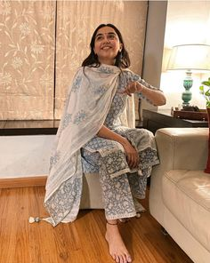 Casual Indian Fashion, Indian Fashion Dresses, Indian Gowns, Simple Kurti Designs, Kurta Designs Women, Ethnic Outfits, Teen Fashion Outfits, Ethnic Clothes, Indian Wedding Outfits