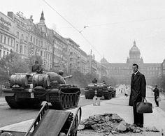 Příběhy tří fotografií z 21. srpna 1968 — Domácí — ČT24 — Česká televize