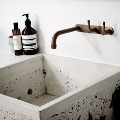 Marble bathroom with concrete washbasin For this modern bathroom design the team made 2 marbled sink Bathroom Tapware, Modern Bathroom Sink, Industrial Bathroom, Minimalist Bathroom, Modern Bathroom Design, Bathroom Interior Design, Contemporary Bathrooms, Modern Industrial, Vanities