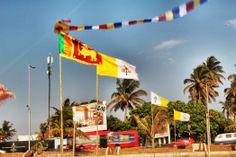 """bandera SriLanka y vaticano. Conoce más en nuestro #artículo: """"Una Tarde Local en Colombo: Galle Face Green"""". #SriLanka #Colombo #Blog #TravelBlog #BlogDeViajes #SLinMyEyes"""