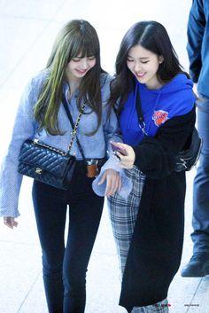 Lisa and rose blackpink airport fashion Blackpink Fashion, Daily Fashion, Korean Fashion, Fashion Outfits, Girl Outfits, Jennie Lisa, Blackpink Lisa, South Korean Girls, Korean Girl Groups