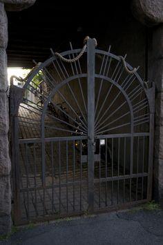 Mustainveljestenkujan porttikongi Kaskikadun länsipuolella