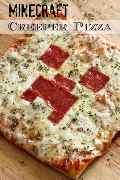 Learn to make this simple Minecraft Creeper pizza for your Minecraft party! See … - Everything About Minecraft Minecraft Diy, Amazing Minecraft, Minecraft Recipes, Minecraft Bedroom, Minecraft Stuff, Minecraft Furniture, Minecraft Skins, Minecraft Buildings, Skinny Recipes