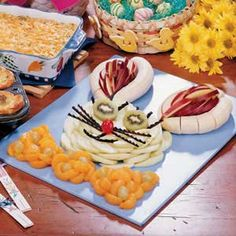 Healthy fruit bunny, ignore all the cookies and cupcakes and make this for your Easter snack Easter Dinner, Easter Party, Easter Table, Holiday Treats, Holiday Recipes, Hoppy Easter, Easter Bunny, Easter Eggs, Easter Treats