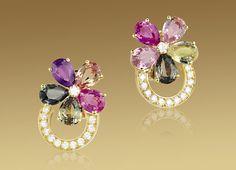 サファイア フラワー イヤリング。ファンシーカラー・サファイア、ダイヤモンドおよびパヴェダイヤモンドを使用した18Kイエローゴールド製。