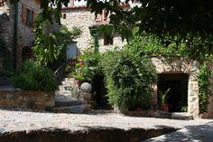 Escadas de pedras no jardim na antiga vila medieval de Castelnou, situada no departamento dos Pirineus Orientais, região da Occitania, França.  Fotografia: Devisme.alain