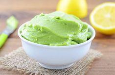 Maioneza de avocado este una din cele mai bune găselnițe ale autorilor de rețete vegane sau vegetariene. Se apropie foarte mult de rețeta clasică, din ou. Este a doua cea mai reușită după maioneza din lapte de soia.Se face în mai puțin de 30 de minute. Are o textură bogată, cremoasă și delicioasă. În plus, este dietetică și totodată deosebit de bogată în nutrienți.