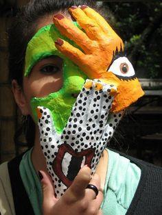 Mi Mascara expresa represión con las manos, porque tapa la mayoría del rostro dejando que un solo ojo pueda ver. Yo como artista puedo expresar el rechazo a esa represión por medio de la imagen del ojo y la boca encima de las manos. Me inspiraron los artistas del siglo XX como Picasso y Andy Warhol.