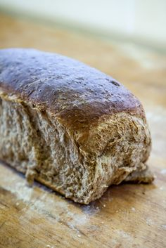 Grovbrød med sirup er halvgrovt brød som passer fint i matpakken. Det er bakt med sammalt rug, rugmel og hvetemel, og har en behagelig søt smak av sirup. Recipe Boards, Bread Baking, Recipe Box, Bakery, Food And Drink, Cooking Recipes, Scones, Snacks, Nikko