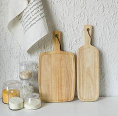 Contemporary pine wood cutting boards Simple and easy to clean design Two sizes available