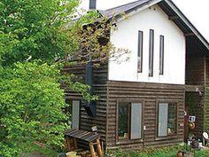 ゲストハウス・茶房読書の森は信州長野県小諸市の御牧ヶ原にあります。喫茶店は二十年以上の経歴を持ち、珈琲はネルドリップで一杯ずつたてています。広い野原と林を持ち、アート活動と自然保護活動もあわせて行なっています。2013年には絵本作家田島征三さんと音楽家松本 ガリュウさんの共同作品どうらくオルガンが移築されました。