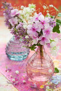 frühlingsdeko für den tisch bunt-glas-vasen-romantisch-look