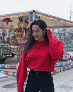 "Àngela Mármol on Instagram: ""La sonrisa es mía, pero el motivo eres tú."" Tumblr Photography, Photography Poses, Amazing Photography, Lifestyle Photography, Fake Girls, Foto Casual, Instagram Pose, Girl Fashion, Fashion Outfits"