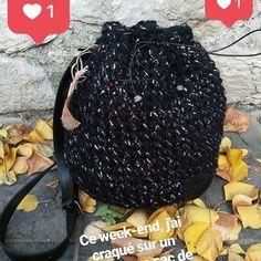 sac seau au crochet : modèles finis disponibles dans l'e-shop et Tuto en ligne Bucket Bag, Winter Hats, Blog, Etsy, Pouch, Crochet Hand Purse, Jewelry Designer, Wool, Tricot