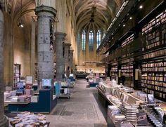 """Boekhandel Dominicanen, Maastrichtboekenwinkel  Een boekwinkel gevestigd in de prachtige 700 jaar oude Dominicaner Kerk. Een hele kerk vol met boeken. Deze indrukwekkende boekhandel is zelfs door The Guardian uitgeroepen tot """"The fairest bookshop of the world, a bookshop made in heaven"""" en dat is nogal een titel!"""