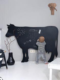 Von wegen dumme Kuh. Diese coole Tafel behält alles, was man auf ihr notiert und sie ist in Küche und Flur ein echter Blickfang. Haben wollen!