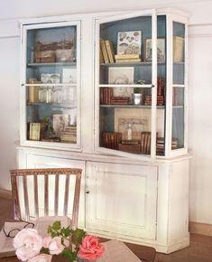 Juega con el color  Para actualizar los muebles antiguos. Esta librería combina el blanco con el azul original de la trasera y los estantes....