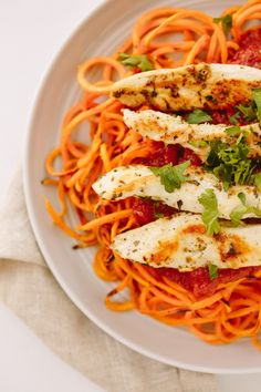This Potato Noodles with Chicken and Tomato Basil Sauce Inspiralized is a better for your dessert made with awesome ingredients! Sweet Potato Noodles, Veggie Noodles, Vegetable Pasta, Sundried Tomato Pasta, Tomato Basil Sauce, Artichoke Chicken, Artichoke Recipes, Clean Eating Recipes, Cooking Recipes