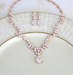 Verpassen Sie für das Aussehen der echten Diamanten und Roségold nicht diese AAA Grade CZ Halskette und Ohrringe Set. Die. Fügen Sie diese fabelhafte Statementkette zu Ihrem Hochzeitstag oder besonderen Anlass heute und wow jeder. Dieses Set ist auch ein perfekt für Mutter der
