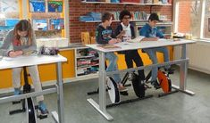 Stil zitten wordt ons van jongs af aangeleerd. Vooral op school. Classroom Layout, Classroom Organization, Classroom Decor, Computer Class, School Building, Library Design, Learning Spaces, Too Cool For School, School Design