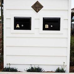 Coastal vibes for this mailbox #dbbuilding #mailbox #letterbox #coastal #coastalhome #white #scyonwalls #brassdecor #palmtrees #interiordesign  @bacconphoto