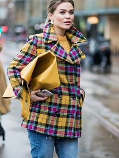 Glance over street style looks from the recent fashion weeks, and you'll notice one key trend: checked coats. Fashion Weeks, Daily Fashion, Ladies Fashion, Mode Mantel, Denim Fashion, Women's Fashion, Street Style Women, Coats For Women, Trendy Outfits