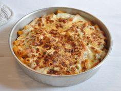 un pasticcio di pasta molto goloso: pasta, ragù, besciamelle, piselli, mortadella, mozzarella! un profumo di casa, famiglia, calore...