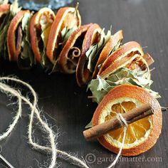 Einfach abwechselnd Orangenschalen und Lorbeerblätter auf eine Schnur auffädeln. Schön und riecht so gut!