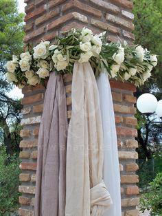 #γαμος στολισμός γιρλάντα ελιας με τριανταφυλλο και 3 αποχρώσεις γάζας λευκό, εκρού, άμμου