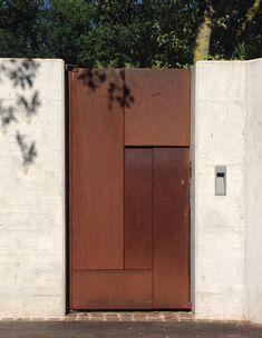 Portail design en acier corten à Lausanne. Automatisme entérré Facade Design, Door Design, Exterior Design, Entrance Signage, Entrance Gates, Arched Doors, Gate House, House Front Design, House On The Rock