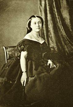 En 1853, Duvelleroy est Nommé Fournisseur Officiel de la Reine Victoria, et Ouvre une Succursale à Londres. Très vite, ses Eventails seront Exportés dans Toutes les Cours Royales d'Europe