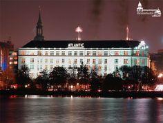 An der Alster: Das weltbekannte Hamburger Hotel Atlantic Kempinski bei Nacht. Das Atlantic ist eines der wenigen 5-Sterne Grand Hotels und wurde im Jahre 1909 für die Passagiere der Hamburg-Amerika-Linie errichtet. Seit Oktober 2010 steht das Gebäude unter Denkmalschutz als geschütztes Denkmal. www.facebook.com/Heimathafen.Aktuell.Hamburg