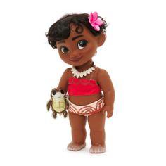 Notre adorable poupée Animator Vaiana enfant représente la princesse polynésienne en petite fille, bien avant sa grande aventure océanique. Elle est accompagnée d'une peluche, porte une magnifique tenue et elle a même du sable sur les orteils!