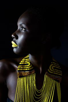 The South Africa-based Ugandan model Patricia Akello wears a necklace by the Ugandan label Halisi, 2015 - La naciente alta costura africana - 20minutos.es