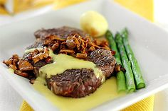 Entrecote med béarnaise och stekta kantareller (steak with bearnaise sauce and fried chanterelles)