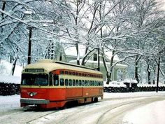 Streetcar in vintage Pittsburgh Winter Pennsylvania History, Pittsburgh City, Bonde, Ohio River, Light Rail, My Kind Of Town, Great Places, Places To Visit, Around The Worlds